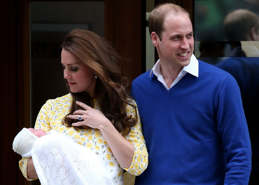 Kate Middleton e o marido Príncipe William com a menine real, Charlotte Elizabeth Diana