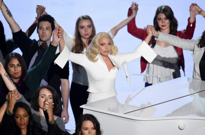 Lady Gaga com outras vítimas de abuso sexual no palco do Oscar