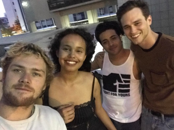 Atores de 13 Reasons Why e Finn Jones, de Punho de Ferro
