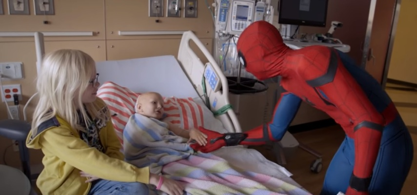 Tom Holland, o Homem-Aranha, no hospital infantil