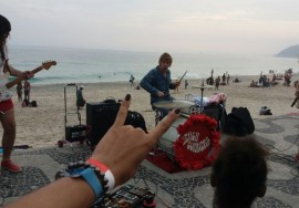 Baterista do The Who toca no calçadão da praia de Ipanema